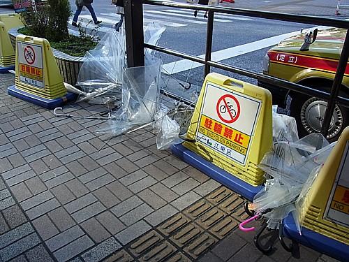 大量に捨てられた傘