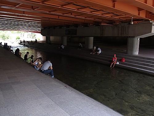 清渓川で涼み