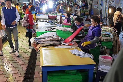 市場で働く人
