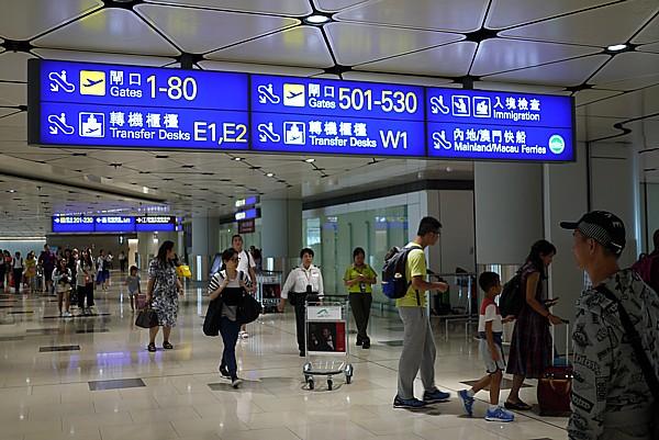 香港国際空港到着し