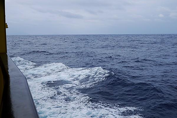 防波堤を超える波