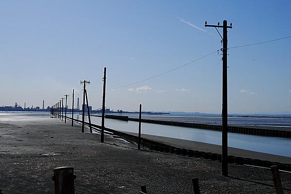 海に伸びる電柱が不思議
