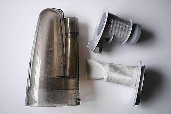 掃除機を洗う日本人