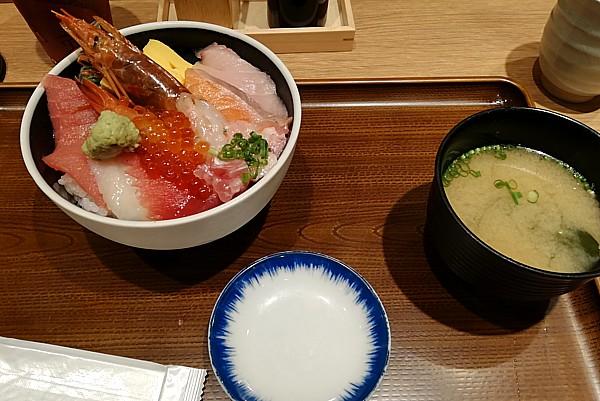 魚屋の海鮮丼 890円