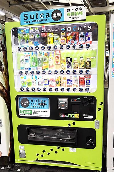 お得な緑色の自動販売機